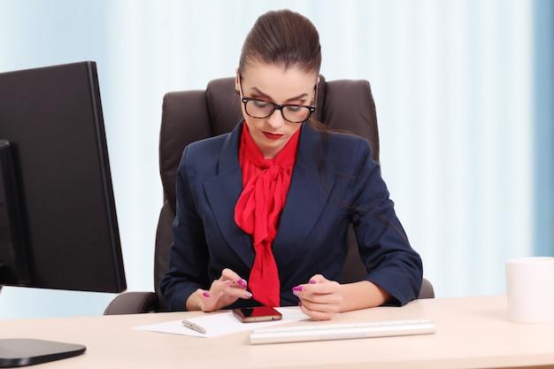 Bedrijfsdievrouw in bureau op wit wordt geïsoleerd