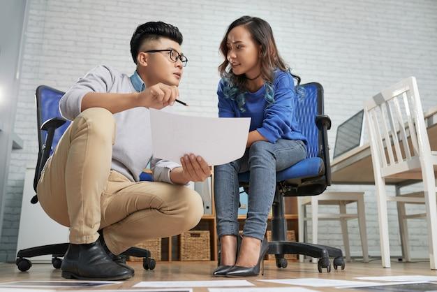 Bedrijfsdocument bespreken in team