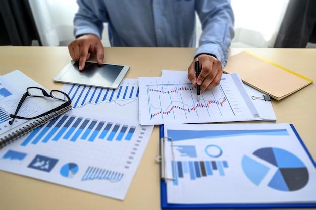 Bedrijfsdocumenten op financiële bureaugrafiek
