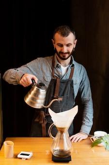 Bedrijfseigenaar die in koffiewinkel werken