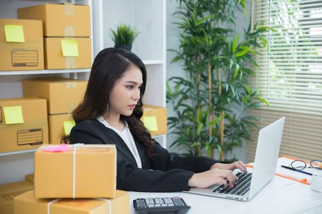 Bedrijfseigenaar die thuis kantoor werken