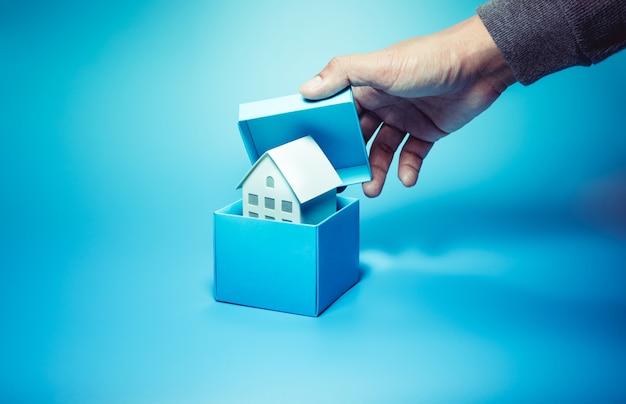 Bedrijfseigendommen en onroerend goed concepten met huis in doos