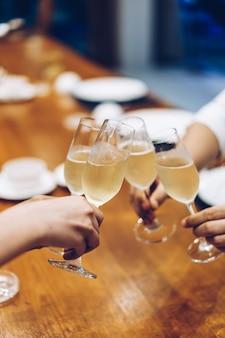 Bedrijfsfeest sprankelende champagneglazen