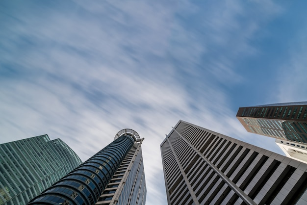 Bedrijfsgebouwenhorizon die omhoog met blauwe hemel kijken