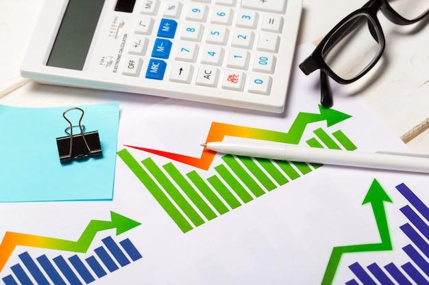 Bedrijfsgrafiek die financieel succes toont