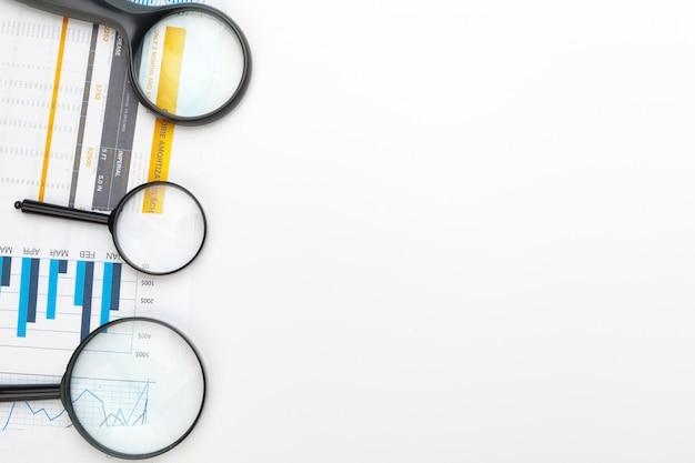 Bedrijfsgrafiek met vergrootglas op lijst