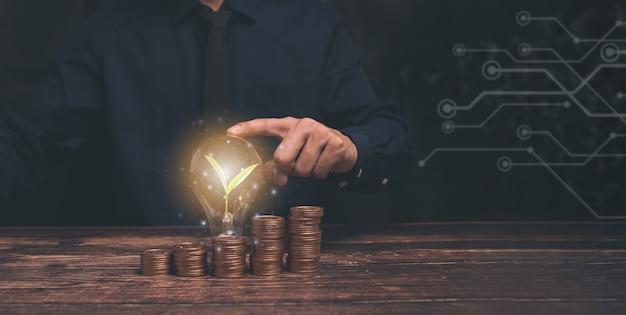 Bedrijfsgroei, vooruitgang of succesconcept. zakenman of handelaar toont een groeiende virtuele hologramvoorraad, investeer in handelsillustratie