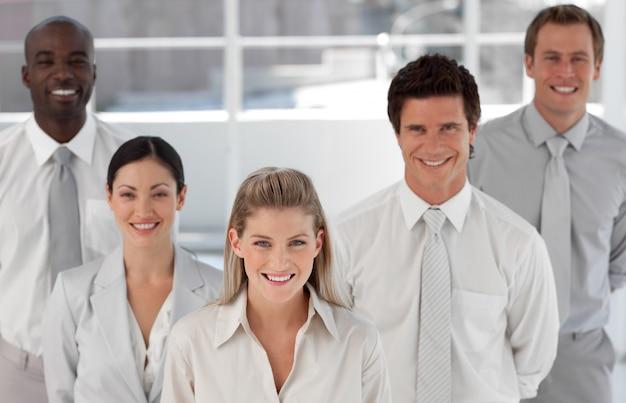 Bedrijfsgroep van vijf mensen die camera bekijken