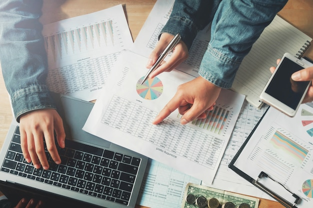 Bedrijfsgroepswerk die boekhoudingsrapport in bureau controleren