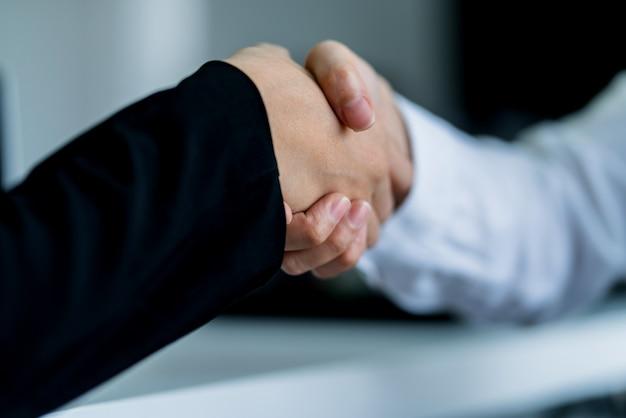 Bedrijfshanddruk met twee aziatisch concept van de managersvrouw succesvol ideeën