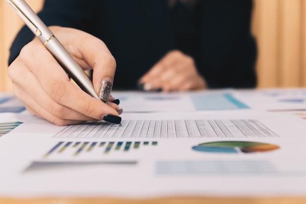 Bedrijfsinvesteringsadviseur die de balans van het bedrijf jaarlijks financieel verslag analyseren