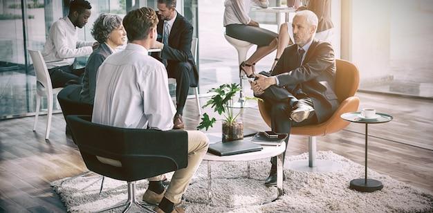 Bedrijfsleider die met elkaar in wisselwerking staan