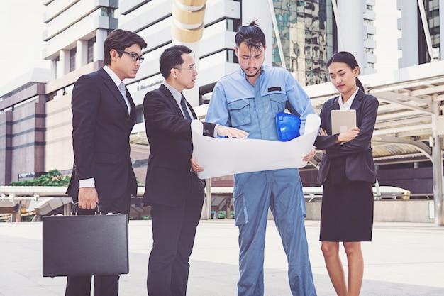 Bedrijfsleider en ingenieursvergaderingsproject bij bouwwerf