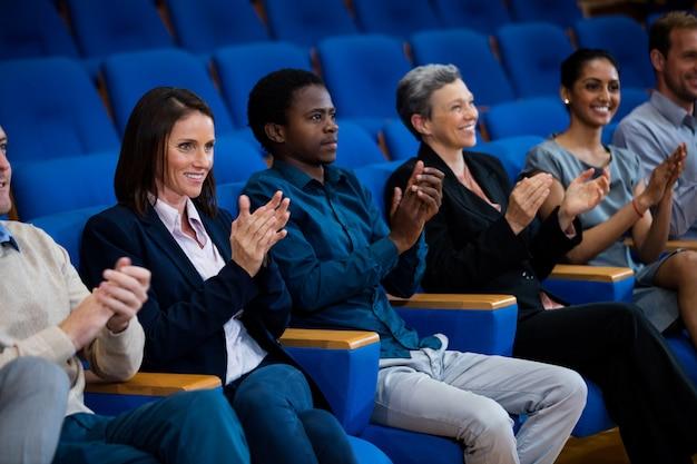 Bedrijfsleiders applaudisseren in een zakelijke bijeenkomst