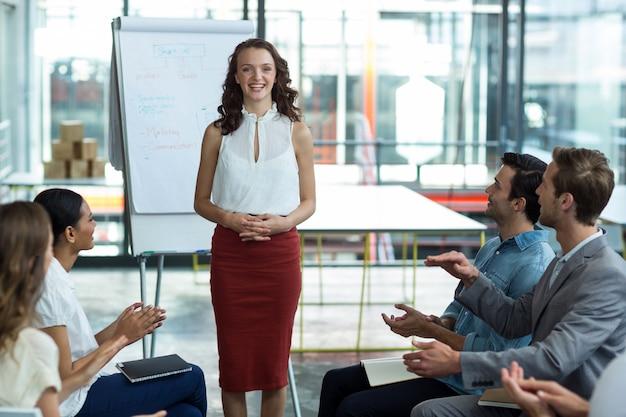Bedrijfsleiders applaudisseren na presentatie