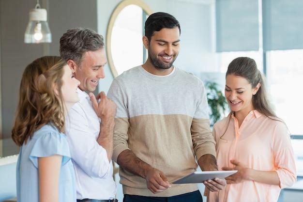 Bedrijfsleiders bespreken over digitale tablet in kantoor