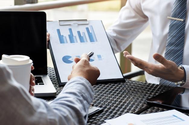 Bedrijfsleiders bespreken over verkoopprestaties op een moderne buitenwereld.