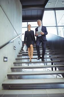 Bedrijfsleiders die de trap aflopen