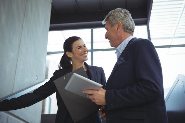 Bedrijfsleiders die een gesprek op treden hebben