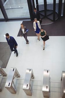 Bedrijfsleiders die in het bureau lopen