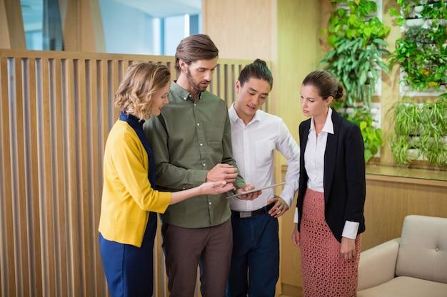 Bedrijfsleiders die over digitale tablet bespreken