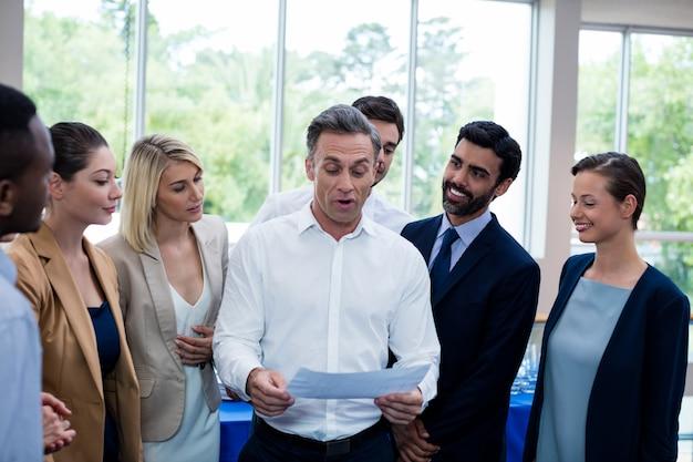 Bedrijfsleiders die rapport bekijken