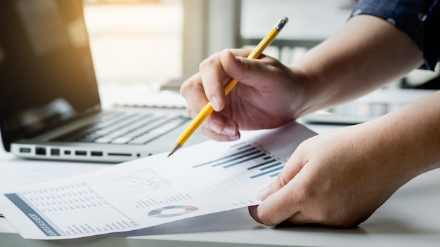 Bedrijfsleiders die werken met nieuwe opstart in moderne loft.analyze rapporten, plannen