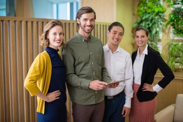 Bedrijfsleiders glimlachen terwijl ze in kantoor staan