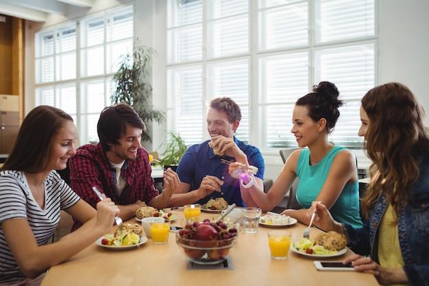 Bedrijfsleiders hebben maaltijd