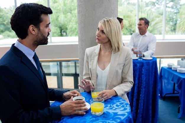 Bedrijfsleiders interactie met elkaar tijdens de pauze