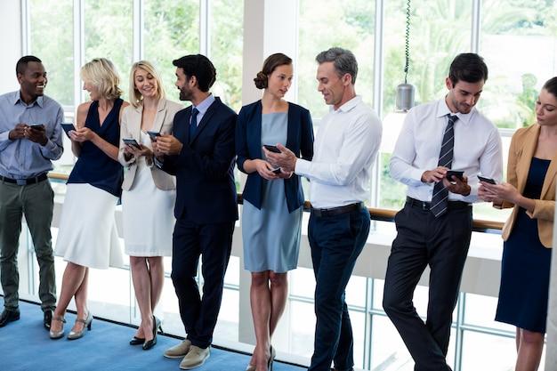 Bedrijfsleiders met behulp van mobiele telefoon
