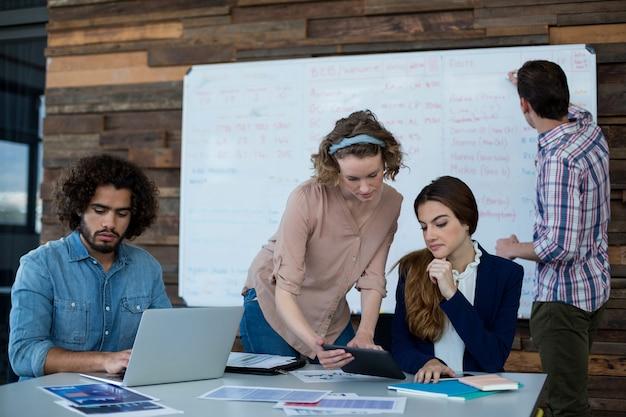 Bedrijfsleiders werken in office