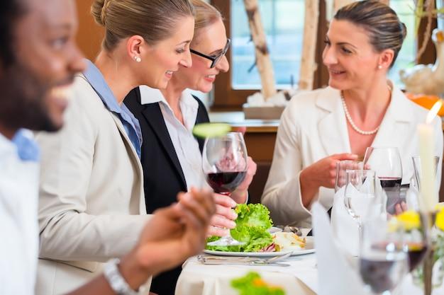 Bedrijfslunch in restaurant met voedsel en wijn