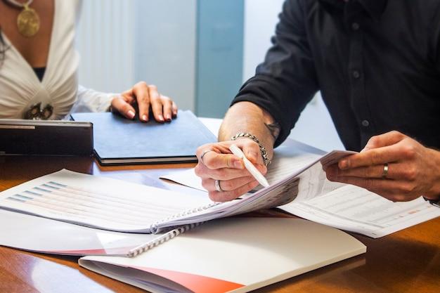 Bedrijfsman en secretaresse die rapport maken