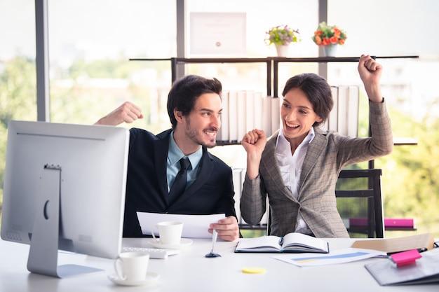 Bedrijfsman en vrouw die in modern bureau, bedrijfs en financiënconcept werken