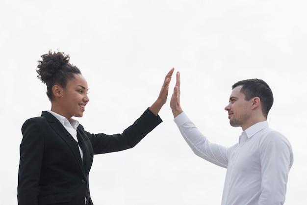 Bedrijfsman en vrouwen hoge fiving