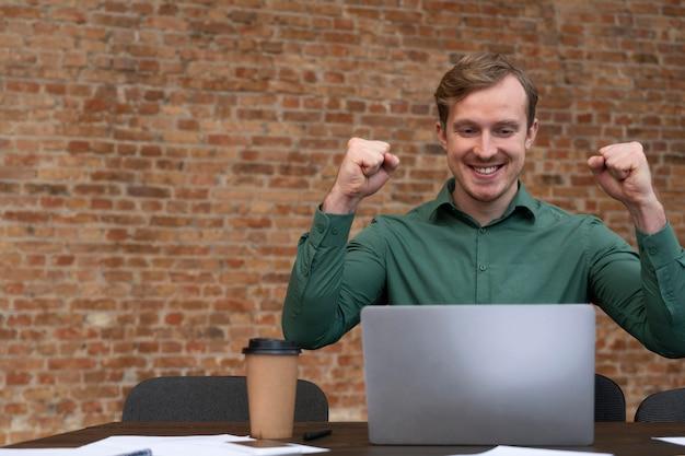 Bedrijfsmedewerker die graag weer op kantoor is