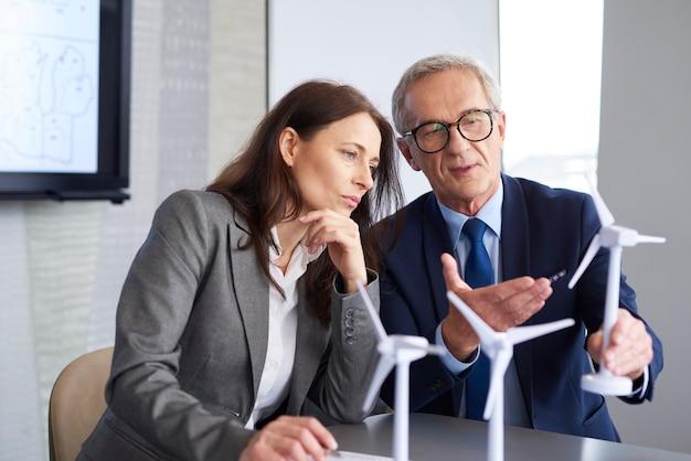 Bedrijfsmedewerkers die overleg hebben over strategie