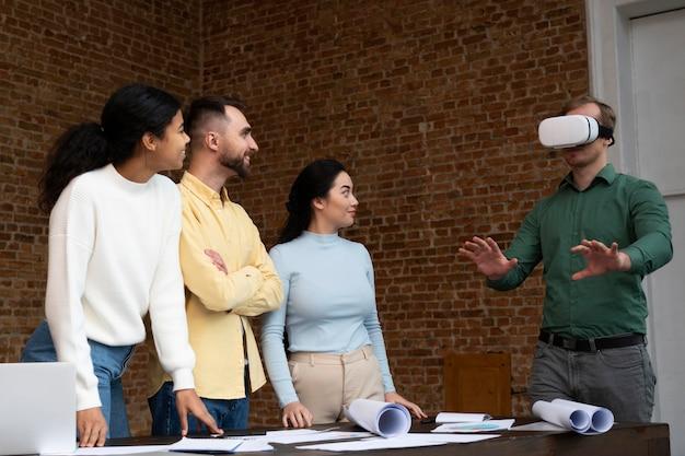 Bedrijfsmedewerkers die samen brainstormen