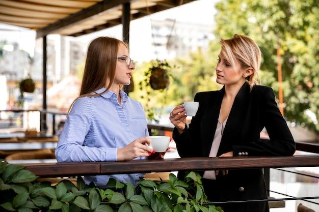 Bedrijfsmedewerkers praten en koffie drinken