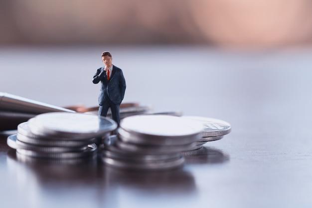 Bedrijfsmens, besparing, investering en financiënconcepten. miniatuur mensen staan
