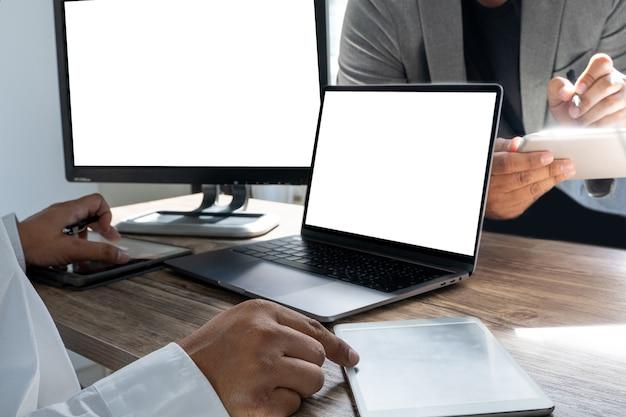 Bedrijfsmens die blogger creativiteit aan zijn laptop met lege exemplaarruimte werken. laptop met een leeg scherm mock up leeg scherm computer telefoon communicatie computer