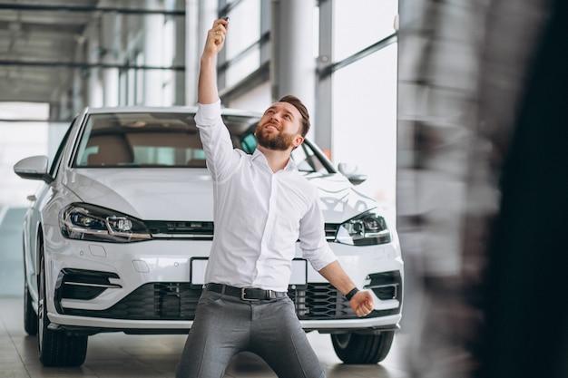 Bedrijfsmens die een auto in een toonzaal kopen