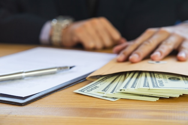 Bedrijfsmens die een contract ondertekenen. is eigenaar van het bedrijfsteken persoonlijk.