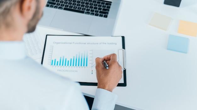 Bedrijfsmens die een financieel programma maakt
