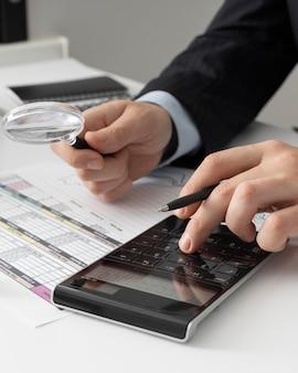 Bedrijfsmens die financiënaantallen berekenen