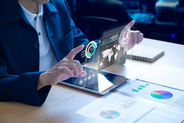 Bedrijfsmens die futuristisch virtueel scherm uitbreiden over een moderne tablet