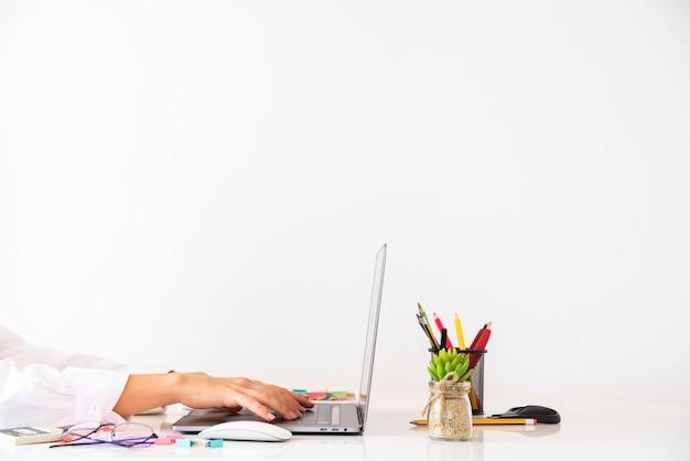 Bedrijfsmens die in een bureau werken