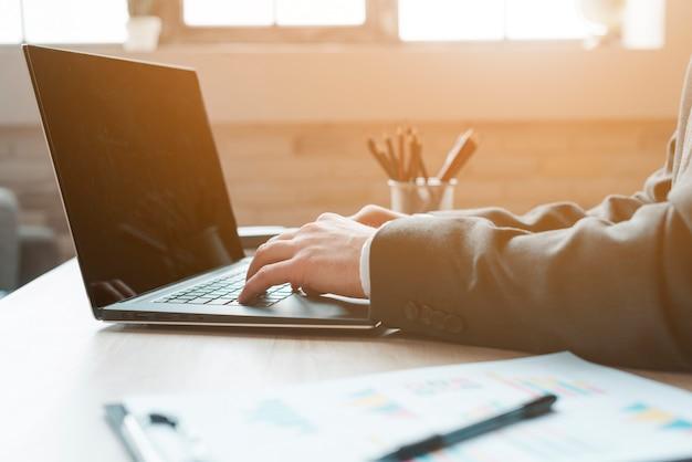 Bedrijfsmens die in een bureaudesktop werken