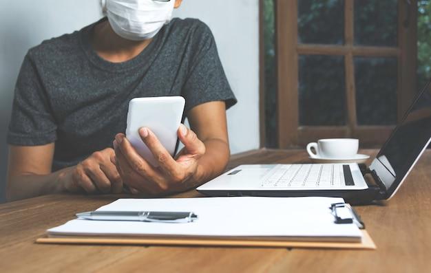 Bedrijfsmens die met computerlaptop thuis werken aan houten lijst. werken online bedrijfsconcept.